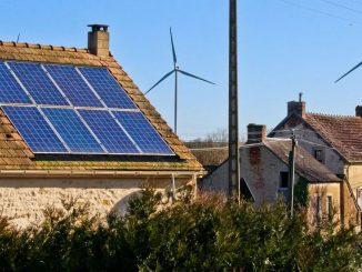 Maison avec éolienne et panneaux solaires