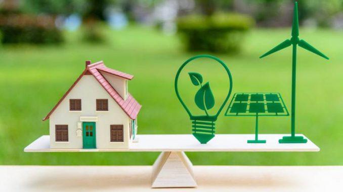 Une maison sur une balance avec des symboles Energie verte